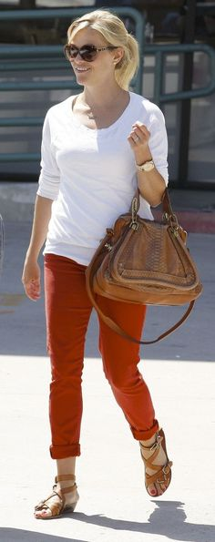 Reese Witherspoon Looks Chic and Fabulous in This Street Style Cute Casual Outfits, Summer Outfits, Casual Chic, Casual Pants, Pantalon Orange, Red Chinos, Reese Witherspoon Style, Looks Chic, Diva Fashion
