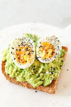 How To Make Avocado Toast 10 Ways - Healthnut Nutrition - Healthy recipes Breakfast Toast, Health Breakfast, Healthy Breakfast Recipes, Healthy Snacks, Healthy Eating, Healthy Recipes, Avocado Breakfast, Toast Egg, Avocado Egg Toast