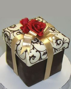 Gift box cake - perfect for moi! Unique Cakes, Elegant Cakes, Creative Cakes, Gorgeous Cakes, Pretty Cakes, Amazing Cakes, Fancy Cakes, Mini Cakes, Cupcakes