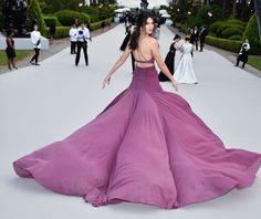 CHIC: Calvin Klein-kjolen hadde stort og pompøst skjørt, men ble balansert med tynne spagettistropper og cut out-detaljer i front. Foto: Getty Images