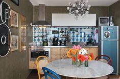 parede concreto, armário pínus, mesa saarinen, cadeiras thonart coloridas, azulejos e geladeira retrô