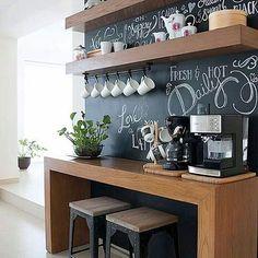 Bom dia com inspiração linda para criar o cantinho do café e ter cada coisa em seu lugar ☕️☕️ amo essas paredes de Lousa !!