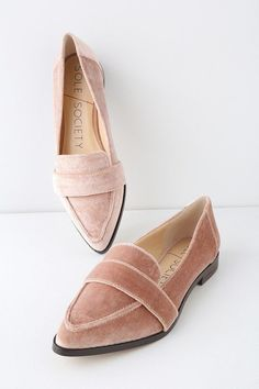 From work to play, you'll want to take the Sole Society Edie Moonlight Mauve Velvet Loafers with you! Soft velvet shapes these pointed-toe loafers. Business Outfit Frau, Business Casual Outfits For Work, Business Casual Shoes Women, Office Outfits, Sneakers Mode, Sneakers Fashion, Fashion Shoes, Suit Fashion, Woman Fashion