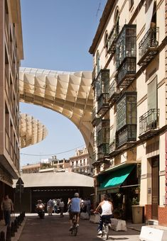 Metropol Parasol: Redevelopment of Plaza de la Encarnacion, Seville, #Spain Function: archeological site, farmers market, elevated plaza, multiple bars and restaurants. More incredible photos: http://www.yatzer.com/Metropol-Parasol-The-World-s-Largest-Wooden-Structure-J-MAYER-H-Architects