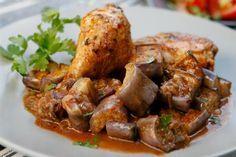 Μια συνταγή για ένα πεντανόστιμο φαγητό. Κοτόπουλο με μελιτζάνες στη γάστρα. Σερβίρετε με φρέσκο ψωμί και τυρί φέτα για να απολαύσετε ένα λαχταριστό γεύμα. Oven Recipes, Meat Recipes, Cooking Recipes, Greek Recipes, Desert Recipes, Meat Chickens, Eggplant, Chicken Wings, Food And Drink