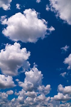 I would love to be in a grassy field, looking up at this beautiful sky.