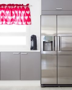 Ripaus väriä keittiöön! #designtalo #sisustus #keittiö French Door Refrigerator, French Doors, Kitchen Appliances, Home, Diy Kitchen Appliances, Home Appliances, Ad Home, Homes, Kitchen Gadgets