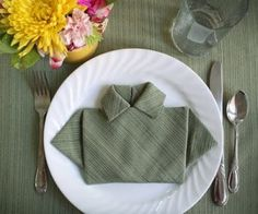 Fold a Napkin Shirt for Father's Day In honor of Father's Day, try a little napkin origami. Fold dinner napkins into shirts to create fun place settings. Napkin Origami, Napkin Folding, Oragami, Easy Origami, Father's Day Specials, Daddy Day, Fathers Day Crafts, Wedding Dinner, Dinner Napkins