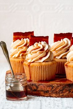 Maple Bacon Cupcakes, Bacon Cake, Yummy Cupcakes, Maple Buttercream, Buttercream Frosting, Buttercream Flowers, Frosting Recipes, Cupcake Calories, Pumpkin Mac And Cheese