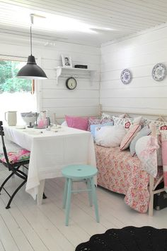 Fresh and simple. Nook, daybed, office space. Typical cottage make-do style.