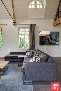 Luxe zitbank met bijzettafel in moderne woonkamer | woonkamer ideeën | living room decor ideas | luxury living room | Hoog.design
