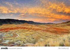 Boyanmış Tepeler; Wheeler County, Oregon  35 milyon yıl önce volkan patlamasıyla oluşmuş tepeler renk değiştirmesiyle biliniyor. Deseni havaya, ışığa ve daha birçok özelliğe göre değişiyor.