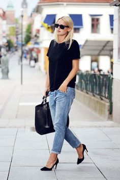Rut&Circle boyfriend jeans, black tee, Alicia+Olive Dina Suede Pumps, Black leather shopper, Ray-Ban Wayfarer Sunglasses, Julien David Pearl Earrings Photo: SaraLinnea