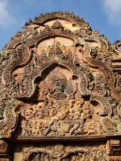 Fronton est de la « bibliothèque sud » du temple de Banteay Srei, vers 967 : Ravana ébranlant le mont Kailasha.