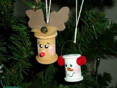 Christmas ornament - DIY Reindeer & Snowmen ornaments. Repurpose old spools. Love this idea. Crafty & cute!