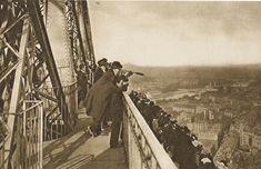 París a vista de pájaro  Un grupo de visitantes, armados con catalejos y prismáticos, observa París desde la plataforma de la segunda planta de la torre Eiffel, a 115 metros de altura.