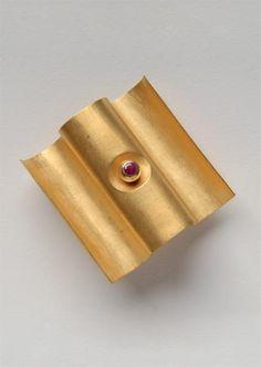 Mario Pinton Brosche, 1978 - Gold 750, Rubine - 35x35x17,5mm - Inv.Nr.349/2006/MP