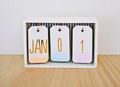 Calendario de mesa en cajita de madera, para customizar al gusto de cada uno
