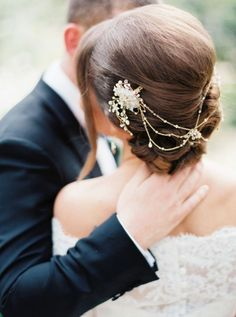 Bruidskapsel trend 5: Haaraccessoires #bruiloft #trouwen #trends #bruidskapsel #haar #2015 #wedding #hairstyles Zie alle bruidskapsel trends van 2015 op ThePerfectWedding.nl | Credit: Erich McVey