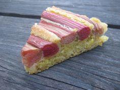et stykke rabarberkage med marcipan
