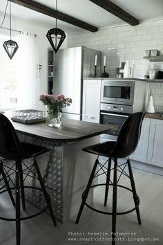 köksö, hth kök, industristil, industrial kitchen, grått kök, rosor, stumpastake, extra brett kylskåp, rostfritt, diskbänk, bänkskiva