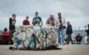 Pagrindinėje Palangos gatvėje – neįprastas reginys. Čia poilsiautojai smalsiai apžiūrinėja keliose vietose paliktus supresuotus šiukšlių blokus, kuriuos sudaro plastiko atliekos.