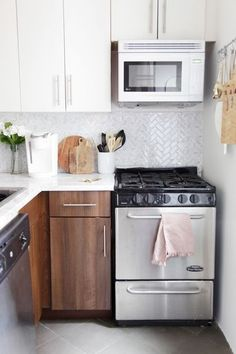 Have an ugly rental kitchen and dream of having a marble kitchen? Use these temporary solutions to create a kitchen that all your guests will drool over! #rentalkitchenmakeover #kitchenideas #smallkitchenideas #kitchenideasonabudget #rentalhomedecorating Budget Kitchen Remodel, Kitchen On A Budget, Kitchen Remodeling, Remodeling Ideas, Cheap Kitchen, Ugly Kitchen, Kitchen Decor, Kitchen Ideas, 10x10 Kitchen