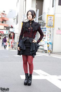 Alice Auaa Gothic Fashion w/ Feather Collar in Harajuku Japanese Street Fashion, Tokyo Fashion, Harajuku Fashion, Korean Fashion, Harajuku Style, Harajuku Girls, Dark Fashion, Gothic Fashion, Vintage Fashion