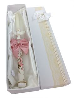 vela-decorada-batizado-menina-branco-e-dourado Holy Communion Cakes, First Holy Communion, Baptism Candle, Baptism Gifts, White Baptism Dress, Baby Boy Or Girl, Christening Gowns, Handmade Candles, Diy Invitations