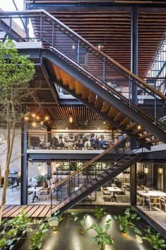 Hanoi studio Le House has designed An Garden Cafe in the Vietnamese capital as a relaxing space featuring greenery, trees and a pond. Loft Interior, Restaurant Interior Design, Outdoor Restaurant, Cafe Restaurant, Decoration Plante, Steel House, Coffee Design, Glass House, Building Design