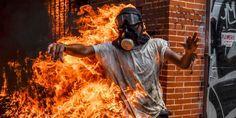 La imagen que da la vuelta al mundo del joven prendido en llamas en Venezuela