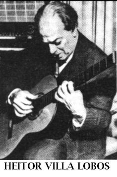 El compositor brasileño Heitor Villa-Lobos tocando la guitarra. Aunque él fue violonchelista, escribió notables páginas para la guitarra clásica, que dedicó a Andrés Segovia.