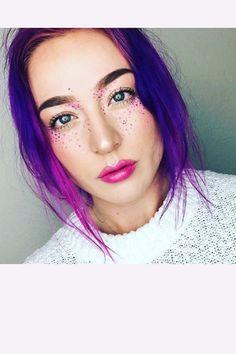 """Es wird bunt! Jetzt sind farbige Sommersprossen angesagt. Die sogenannten """"Rainbow Freckles"""" erobern die Beauty-Welt und gelten als Trend 2016"""