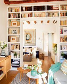 Una biblioteca en el salón*, aprovechando el marco de la puerta con un armario a medida. Un ático pequeño y muy cómodo · ElMueble.com · Casas                                                                                                                                                                                 Más