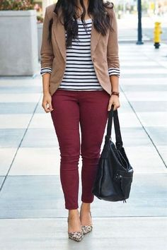 Tacones negros pantalón rojo y la chompa blanca con rayas negras