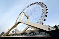 Tianjin Eye in CinaAlta 120 metri e costruita a cavallo di un ponte, la Tianjin Eye, in Cina, è molto suggestiva: è stata costruita nel 2007 ed è l'unica ruota panoramica al mondo costruita su un ponte. Può contenere fino a 770 visitatori contemporaneamente, suddivisi in 48 cabine.