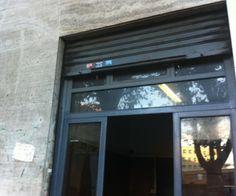 Roma, Prati Mazzini | Mq 25 - Proponiamo l'acquisto di un negozio C/1 di 25 mq con una vetrina su strada e bagno interno. Soffitti H 4,70 metri circa. Da ristrutturare libero subito.