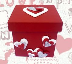 Resultado de imagen para cajas de madera decoradas con porcelana fria Foam Crafts, Diy And Crafts, Paper Crafts, Creative Box, Creative Gifts, Valentine Day Love, Valentines Diy, Candy Bouquet, Pink Candy