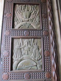 sculptures de la porte.Église Sainte-Agnès de Maisons-Alfort. Ile-de-France