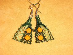 Stoffarmbänder - Handgeklöppelte Ohrringe - grün mit Blütenperlen - ein Designerstück von Kreative-Kloeppelideen bei DaWanda