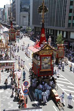 出発を待つ四条通りの山鉾を俯瞰で。 祇園祭 京都 kyoto gion festival