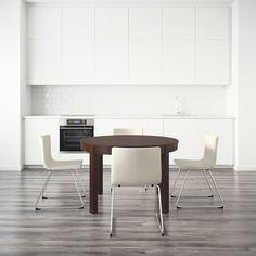 Rozkládací stůl Bjursta s přídavnou deskou a místem pro čtyři až šest osob. Cena je 4999 Kč; Ikea