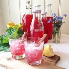rabarbra og bringebær saft Juice Smoothie, Edible Garden, Sugar And Spice, Cold Drinks, I Love Food, Grapefruit, Punch Bowls, Nom Nom, Spices