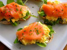 Ovos mexidos na manteiga trufada com queijo de cabra, mini rúcula e salmão defumado