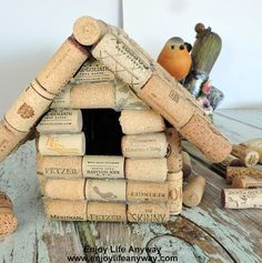 How To Build A Bird House With Used Wine Corks. Great use for all those used corks! Very easy and really turned out super cute. Tell your friends to start saving wine corks for you! Wine Craft, Wine Cork Crafts, Wine Bottle Crafts, Homemade Bird Houses, Bird Houses Diy, Bird House Plans, Bird House Kits, Wine Cork Birdhouse, Home Crafts