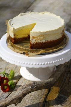 Der New York Cheesecake von Cynthia Barcomi ist legendär: zimtig-krosser Knusperkeksboden trifft auf ultra-cremige Cheesecakefüllung und wird getoppt von leichtem Sauerrahm-Guss. Und sind die verschiedenen Schichten nicht wunderhübsch?