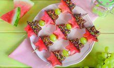 Soczysty arbuz wpołączeniu zmleczną polewą ikwaśną posypką to orzeźwiający deser na upalne dni