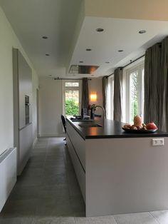 Referentie Wildhagen   Moderne greeploze kookeiland met afzuigkap en kookplaat. https://www.facebook.com/wildhagen.nl/posts/793689844069417 #designkeukens