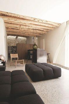 Côté salon, une chaise 1956 de Pierre Gautier Delaye, des canapés Tufty-Time de Patricia Urquiola pour B&B et une lampe cuivrée de Tom Dixon, le tout trouvé chez Box 3. Le bar en métal a été designé par Romain Cupper.