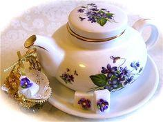 Image from http://whatscookingamerica.net/EllenEaston/MothersDayTeaSet.jpg.